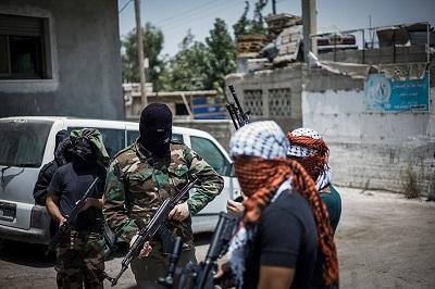 Podczas gdy Hamas łamie prawa międzynarodowe przez odmawianie jakiejkolwiek komunikacji z Izraelczykami, których przetrzymuje, palestyńscy terroryści w izraelskich więzieniach korzystają nadal z wielu praw, włącznie z wizytami rodzinnymi. Na zdjęciu: zamaskowany palestyński terrorysta w Kalandia w pobliżu Jerozolimy. (Zdjęcie: Ilia Yefimovich/Getty Images)