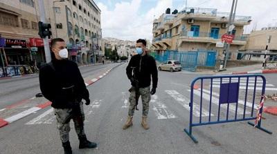 Kiedy Palestyńczycy stoją przed ostrym wzrostem liczby przypadków koronawirusa w palestyńskich miastach, wsiach i obozach na Zachodnim Brzegu, ich islamscy przywódcy religijni reagują na swój zwykły sposób: podżegając przeciwko Izraelowi i Żydom. Na zdjęciu: palestyńskie służby na punkcie kontrolnym w Betlejem pilnują zamknięcia miasta w celu powstrzymania szerzenia się wirusa. Asharq Al-Awsat