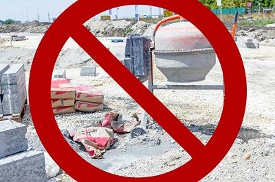 Palestyńczyk, który próbuje wnieść worek cementu lub inny materiał budowlany do obozu uchodźców, jest narażony na aresztowanie, przesłuchanie, proces przed sądem wojskowym i grzywnę. Ta nieludzka i niesprawiedliwa praktyka ma miejsce w Libanie. (Źródło zdjęcia: iStock)