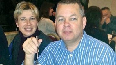 Amerykański pastor Andrew Brunson, na zdjęciu z żoną Norine, został uwięziony w Turcji w październiku 2016 r. pod zmyślonym zarzutem, że jest \