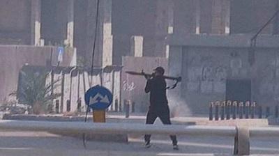 """Proirański """"protestujący"""" używa wyrzutni rakietowej w Bejrucie 14 października 2021 r."""