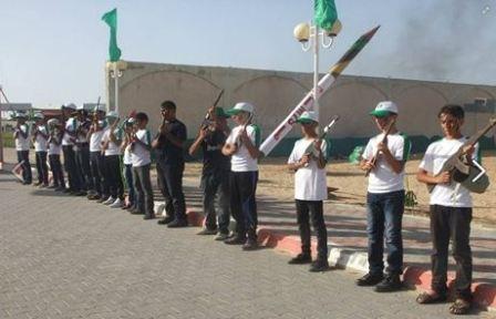 Dzieci niosące atrapy rakiet i karabinów (Facebook.com/Gazacamps2014, 22 czerwca 2014)