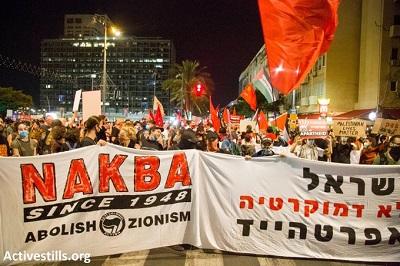 [Palestyńczycy i Żydzi razem w Tel Awiwie w proteście przeciwko aneksji. To jest koegzystencja i wspólny opór, w które wierzę. Oczekuję dnia, kiedy wszyscy będziemy wolni i równi razem.Napis na plakacie: Nakba. Skończyć z syjonizmem.]