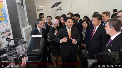 Na zdjęciu: Prezydent Chin Xi Jinping (drugi od prawej strony) odwiedza University of Manchester 23 października 2015. (Zrzut z ekranu wideo)