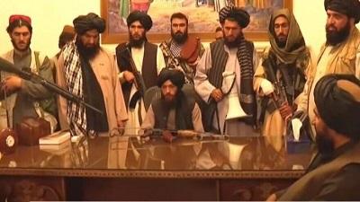 Wojownicy talibów w prezydenckim pałacu w Kabulu. Zrzut z ekranu