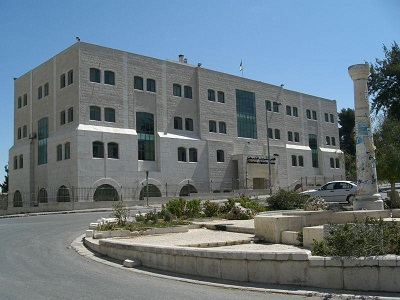 Wybory do palestyńskiej Rady Legislacyjnej wyznaczono na 15 maja 2021 roku. Ostatnie wybory (w 2006 roku) wygrał Hamas. W obecnej sytuacji, kiedy antyizraelskie nastroje są skrajnie silne, można zastanawiać się, czy przeprowadzenie wyborów teraz jest dobrym pomysłem. Z pewnością tylko jeszcze bardziej wzmocnią radykalny obóz wśród Palestyńczyków. (Zdjęcie: Palestyński Parlament. Źródło: Wikipedia)