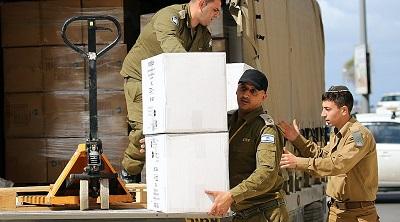 W różnych miejscach w Izraelu IDF zorganizowała odrębne obiekty na kwarantannę związaną z koronawirusem w 21 hotelach, dostosowane do danych społeczności, włącznie z ściśle koszernymi dla ortodoksyjnych Żydów i halal dla muzułmanów. Na zdjęciu: Izraelscy żołnierze dostarczają żywność dla osób na kwarantannie. Foto: KOKO