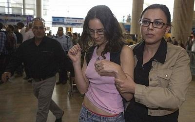 Aktywistka BDS zatrzymana na lotnisku Ben Guriona (Zdjęcie: Dan Balilty/AP)