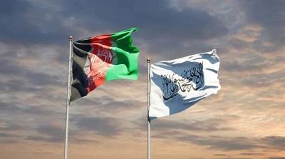 <span>Sztandar talibów powiewa obok flagi Afganistanu.</span>