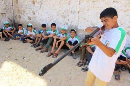 Dzieci ćwiczące strzelanie z karabinu (Facebook.com/Gazacamps2014, 19 czerwca 2014)