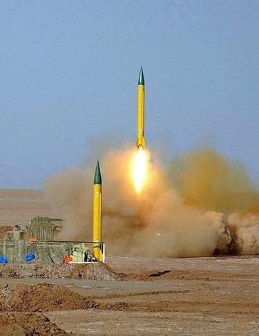 Mimo twierdzeń irańskich przywódców, że ich program nuklearny jest skierowany na cele pokojowe, dowody pokazują, że reżim irański od dawna dąży do zdobycia broni jądrowej. Program pocisków balistycznych do przenoszenia jądrowych głowic jest ściśle związany z programem nuklearnym. Na zdjęciu: pocisk balistyczny Szahab-3. (Zdjęcie: Wikipedia)