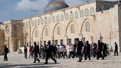 Tuziny żydowskich osadników szturmują kompleks Al Aksa, donosi pod tym zdjęciem turecka Anadolu Agency.