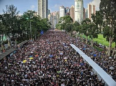 Od kiedy Chiny przyjęły Prawo o Bezpieczeństwie Narodowym w czerwcu 2020 roku, rząd Hong Kongu i Chiny starały się stłumić całą opozycję wobec Pekinu i Komunistycznej Partii Chin oraz wymazać podstawowe wartości Hong Kongu. Zdjęcie: Protesty w Hong Kongu, 2019, Wikipedia.