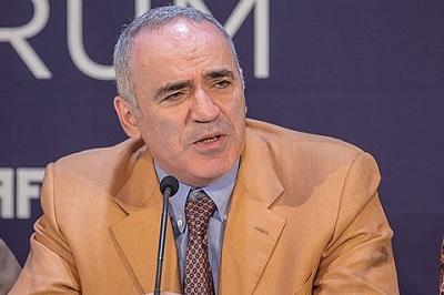 """Garri Kasparow, były mistrz świata w szachach pisał o """"autodestrukcyjnej spirali Zachodu"""": niszczy swoje kulturowe dziedzictwo zamiast go bronić. W sprawie słabości zachodnich przywódców Kasparow powiedział """"Le Figaro"""": """"Gdzie są przywódcy tacy jak de Gaulle i Churchill? Widzę tłum Chamberlainów i Daladierów.... Zaszokował mnie pęd do obalenia historycznych postaci, osądzonych według dzisiejszych kryteriów. Zachód powinien być z nich dumny, zamiast nienawidzić siebie"""". (Zdjęcie: Wikipedia)"""