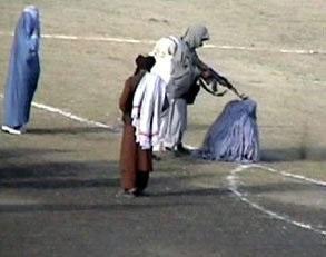 Dżihadystów na całym świecie zachęci, wzmocni i ośmieli postrzegana klęska USA zadana przez Taliban, którą rozgłasza Al-Kaida od dnia ogłoszenia przez Bidena decyzji o wycofaniu się z Afganistanu. Na zdjęciu: Egzekucja matki pięciorga dzieci pod rządami Talibów. Żródło: Wikipedia.
