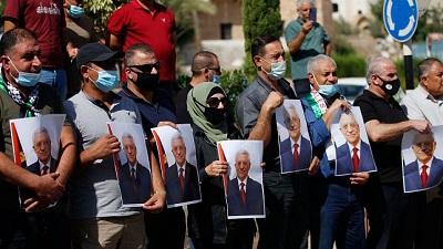 Palestyńczycy ze zdjęciami dyktatora Autonomii Palestyńskiej na wiecu dla poparcia dyktatora AP. 27 września 2020. Zdjęcie: Nasser Ishtayeh/Flash90.
