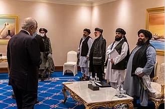 Specjalny wysłannik USAZalmay Khalilzad(po lewej) na spotkaniu z delegacją talibów w Doha 21 listopada 2019r.(Żródło: Wikipedia)