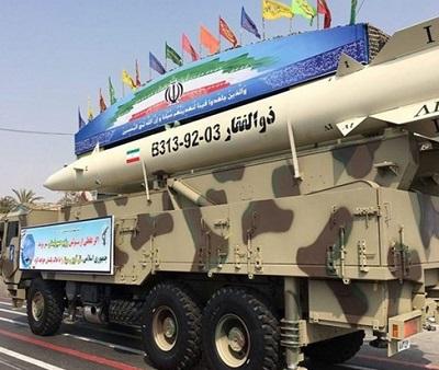 """Tak zwana """"kwestia nuklearna"""" zawsze była odwracaniem uwagi od najważniejszej sprawy i kierowaniem jej na fantom, podczas gdy żywy potwór, trzymający w ręce ociekający krwią nóż, krąży mordując i siejąc chaos.Na zdjęciu: pocisk balistyczny Zolfaghar2 na paradzie w Teheranie we wrześniu 2016. Źródło: Tasnim News Agency(CC)"""