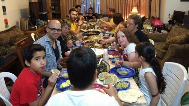 Żydzi i Arabowie podczas wspólnego posiłku iftar w Jerozolimie(Photo: Linda Gradstein/The Media Line)