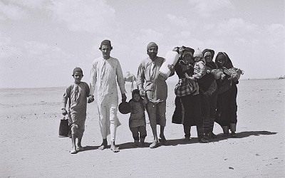 Jemeńscy Żydzi, idący do Adenu, miejsca obozu przyjęć przed emigracją do Izraela, 1949 rok. (Kluger Zoltan/Israeli National Photo Archive/public domain)