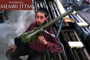 Rebeliant syryjski pokazujący naramienną wyrzutnię rakiet