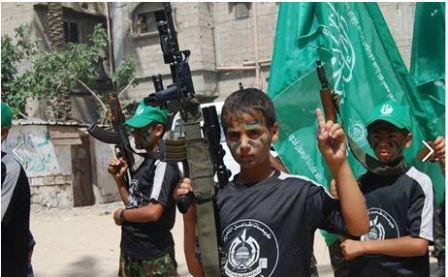 Uzbrojone dzieci podczas parady (Facebook.com/Gazacamps2014, 19 czerwca 2014)
