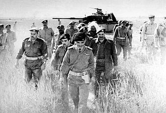 W skrócie, prawna i legislacyjna próżnia, jaka wynikła z opartej na dobrych zamiarach decyzji Izraela zachowania osmańskiego i jordańskiego prawa na terytoriach, które ponad 50 lat temu znalazły się pod jego prawną jurysdykcja, nadal pozbawia mieszkających tam Arabów i Żydów ich podstawowych praw. Na zdjęciu: Król Jordanii, Hussein ogląda porzucony podczas wojny sześciodniowej czołg izraelski), 21 marca 1968 r. (Zdjęcie: Wikipedia)