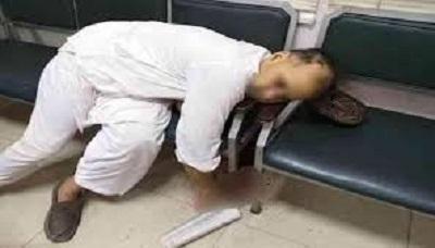 """29 lipca amerykański obywatel, Tahir Naseem, został zamordowany na pakistańskiej sali sądowej podczas procesu o bluźnierstwo, oskarżony, między innymi, o """"uwłaczanie Koranowi i Prorokowi Mahometowi"""". Morderca, 15-letni Faisal Khan, dla wielu Pakistańczyków jest bohaterem. Radykałowie już poprzednio grozili zamordowaniem adwokatów i osób, które publicznie bronią ludzi oskarżonych o bluźnierstwo. Dwóch ludzi, broniących Asię Bibi, kiedy była w więzieniu, ministra ds. mniejszości Szahbaza Bhattiego i gubernatora Pundżabu, Salmana Taseera, zamordowano w 2011 roku. (Na zdjęciu: Tahir Nassem w chwilę po zamachu, źródło Wiki.)"""