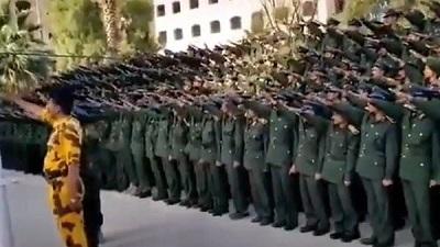 Irański reżim dostarcza zaawansowaną broń grupie Hutich, którą poprzednia administracja USA uznała za organizację terrorystyczną. Gdzie stoją Unia Europejska i administracja Bidena w tej sprawie? Na zdjęciu: Oddziały Hutich w Sanaa, 7 listopada 2020 oddają nazistowski salut. (Zrzut z ekranu:https://twitter.com/i/status/1324417310568960001)