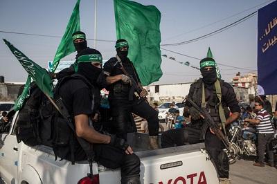 """Islamscy funkcjonariusze w Strefie Gazy wzywają teraz Palestyńczyków do dokonywania ataków terrorystycznych na Izrael, nie z powodu planu """"aneksji"""", ale w celu wygnania Żydów z """"palestyńskich, arabskich, islamskich ziem"""". Na zdjęciu: Zbrojni członkowie Hamasu w Strefie Gazy."""
