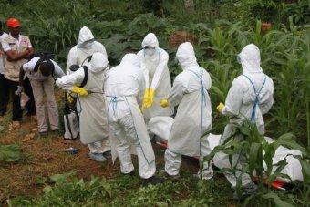 Ćwiczenie bezpiecznego grzebania ofiar eboli.