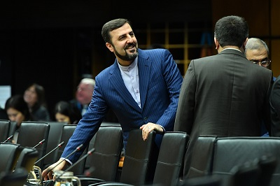 Od kiedy rozpoczęły się rozmowy nuklearne w Wiedniu między irańskim reżimem a P5+1, administracja Bidena unikała przejrzystości w sprawie tego, co dzieje się z negocjacjami i co właściwie oferuje irańskiemu reżimowi. Na zdjęciu: Kazem Gharib Abadi, ambasador Iranu przy Międzynarodowej Agencji Energii Atomowej. (Źródło: Wikimedia.commons)