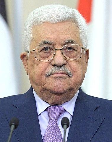 """Dla prezydenta Autonomii Palestyńskiej, Mahmouda Abbasa (na zdjęciu) i dla kierownictwa AP każdy Palestyńczyk, który przyłącza się do dżihadu przeciwko Izraelowi i Żydom i zostaje zabity, ranny lub uwięziony, jest """"bohaterem"""". To jest ta sama AP, nad wzmocnieniem której pracuje obecnie administracja Bidena. (Zdjęcie: Mahmoud Abbas. Wikipedia.)"""