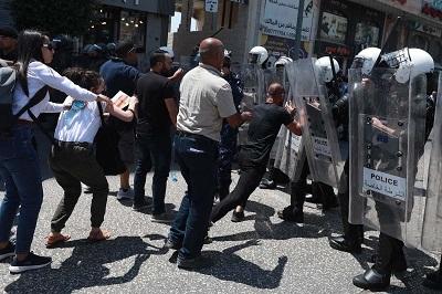 Palestyńskie naruszenia praw człowieka oraz represje wobec działaczy politycznych i dziennikarzy są ignorowane nie tylko przez ONZ, ale także przez administrację Bidena.Na zdjęciu: Siły bezpieczeństwa Autonomii Palestyńskiej (AP) rozmieszczone przed demonstrantami w Ramallah, podczas protestu potępiającego Autonomię Palestyńską za śmierć aktywisty Nizara Banata podczas pobytu w areszcie sił bezpieczeństwa PA.(Zdjęcie: Issam Rimaw – Anadalu Agency)