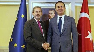 Teoretycznie Turcja jest sojusznikiem NATO.Teoretycznie Turcja prowadzi również negocjacje z Unią Europejską o pełne członkostwo w UE.W rzeczywistości oba te twierdzenia są iluzjami.Poczucie oddalania się między Turcją a Zachodem jest wzajemne i narasta.Jest to nieunikniony rezultat islamizacji Turcji w ciągu ostatnich dwóch dekad.Na zdjęciu: Unijny komisarz Johannes Hahn z tureckim Ministrem Spraw ZagranicznychÖmerem Çelikiem, czerwiec 2017. (Żródło: Wikipedia)