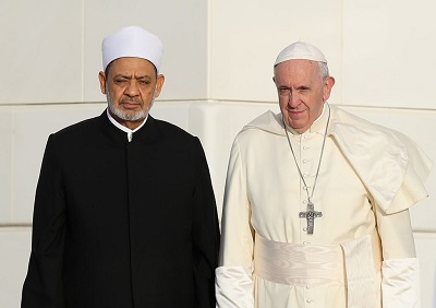 Zachód i jego religijni przywódcy powinni przestać odczuwać skruchę i spojrzeć na rzeczywistość. Od papieża Franciszka, głowy ponad miliarda katolików, wymagałoby to wykorzystania dialogu z islamem dla podjęcia rękawicy i zażądania od jego przywódców, takich jak Wielki Imam Al Azharu, Ahmed Al-Tayeb, by przestali prześladować chrześcijan. Zdjęcie: Papież i Al-Tayeb w Abu Dhabi, Zjednoczone Emiraty Arabskie, 4 lutego 2019. (Francois Nel/Getty Images)