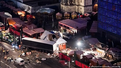 Na zdjęciu: Ciężarówka (której polski kierowca Łukasz Urban, został wcześniej zamordowany), w miejscu terrorystycznego zamachu na jarmark bożonarodzeniowy 19 grudnia 2016 roku w Berlinie w Niemczech.