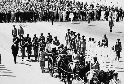 Egipski prezydent Anwar Sadat, który chciał pokoju w zamian za odzyskanie przez Egipt Półwyspu Synajskiego, został oskarżony przez Palestyńczyków o zdradę i zamordowany przez islamistów za podpisanie umowy pokojowej z Izraelem. Na zdjęciu: Orszak pogrzebowy Anwara Sadata w Kairze, Egipt, 9 października 1981. (Photo by Hulton Archive/Getty Images)