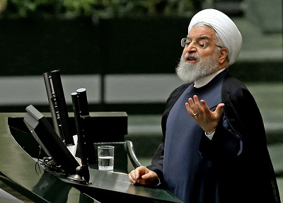 """Irański rząd jest niezdolny nawet do zorganizowania pogrzebu tak zwanego """"męczennika"""", Kasema Solejmaniego, podczas którego zginęło ponad 50 ludzi, ale jest zdolny do zestrzelenia """"w wyniku ludzkiego błędu"""" pasażerskiego samolotu z 82 własnymi obywatelami na pokładzie i zabicia w sumie 176 pasażerów i członków załogi. Na zdjęciu: Irański prezydent Hassan Rouhani. (Zdjęcie: Atta Kernare/AFP via Getty Images)"""