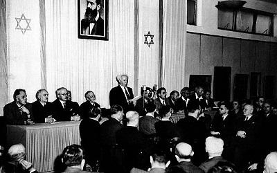 Na tym zdjęciu z 14 maja 1948 roku widać ministrów nowego państwa Izraela w muzeum sztuki w Tel Awiwie przy ceremonii tworzenia nowego państwa podczas przemówienia premiera Ben Guriona, deklarującego niepodległość. (AP Photo)