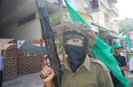 Zamaskowane dziecko uzbrojone w karabin (Facebook.com/Gazacamps2014, 21 czerwca 2014)