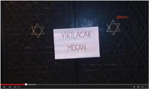 """Napis na synagodze Neveh Szalom w Stambule: """"Ten budynek zostanie zburzony"""". Źródło: Youtube.com/watch?v=7BTmztGnetQ#t=14, 9 listopada 2014."""