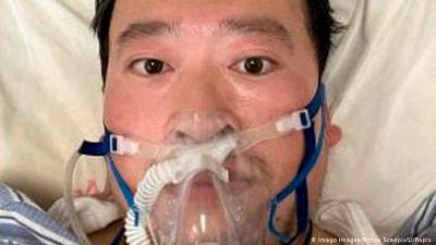 """Dr Li Wenliang, który zmarł na koronawirusa 7 lutego, otrzymał wcześniej od rządu naganę (wraz z siedmioma innymi lekarzami) za ostrzeżenie w grudniu o wybuchu epidemii. Został oskarżony o """"szerzenie fałszywych plotek"""" i """"zakłócanie porządku publicznego"""" i za te odważne starania został zatrzymany i przesłuchiwany. Na zdjęciu: Li Wenliang na kilka dni przed śmiercią."""