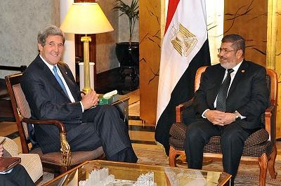 Komunikat, jaki Arabowie wysyłają nowej administracji USA: nie powtarzajcie błędów byłego prezydenta, Baracka Obamy, którego administracja stanęła po stronie egipskiego prezydenta, Mohammeda Morsiego, członka Bractwa Muzułmańskiego. Na zdjęciu: Ówczesny sekretarz stanu USA, John Kerry (po lewej) spotyka się z Morsim w Kairze 3 marca 2013 roku. (Zdjęcie:wikipedia)