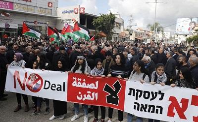 Blisko dwa miliony arabskich obywateli Izraela protestuje przeciwko propozycji planu pokojowego amerykańskiego prezydenta Donalda Trumpa, która zawiera również możliwość przeniesienia niektórych arabskich społeczności w Izraelu pod jurysdykcję przeszłego państwa palestyńskiego. Na zdjęciu demonstracja mieszkańców arabskiego miasta w Izraelu, Baka al-Gharbija, w dniu 1 lutego 2020. (Ahmad Gharabli/AFP via Getty Images)