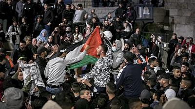 Ramadan. Arabowie wymachują palestyńską flagą przy Bramie Damasceńskiej prowadzącej na jerozolimskie Stare Miasto. 26 kwietnia 2021. Zdjęcie Olivier Fitoussi/Flash90.