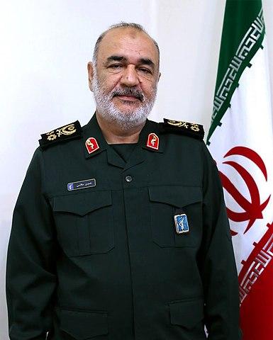 """Irański reżim zbliża się do atomowego kamienia milowego na drodze do posiadania broni jądrowej. Generał Hossein Salami, dowódca Korpusu Strażników Rewolucji Islamskiej (IRGC) z całą jasnością przedstawił plany irańskiego reżimu: """"Naszą strategią jest wymazanie Izraela z globalnej mapy politycznej"""" – powiedział w państwowej telewizji Iranu, Kanał 2 TV w 2019 roku. Na zdjęciu: Hossein Salami. (Źródło: Wikipedia)"""