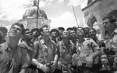 7 czerwca 1967 roku, izraelscy żołnierze po wkroczeniu do żydowskiej dzielnicy Jerozolimy podczas wojny sześciodniowej (Zdjęcie: Micha Bar-Am/Defense Ministry's IDF Archive)