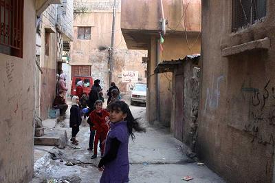 UNRWA zaprzecza odpowiedzialności za śmierć trzyletniego palestyńskiego chłopca z obozu uchodźców Nahr al-Bared po tym, jak libańskie szpitale odmówiły przyjęcia go, ponieważ rodzice nie mogli pokryć kosztów leczenia. Na zdjęciu: Obóz palestyńskich uchodźców Wavel w Libanie administrowany przez UNRWA. (Zdjęcie: European Civil Protection and Humanitarian Aid Operations/Flickr)