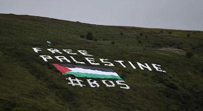"""Piłka nożna - International Friendly – Irlandia Północna v Izrael - Windsor Park, Belfast, Wielka Brytania – 11 września 2018 r. Hasło """"Free Palestine"""" wypisane na wzgórzu poza stadionem(zdjęcie: CLODAGH KILCOYNE/REUTERS)"""